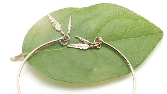 Bracelet fin ouvert plumes hez Poisson Plume