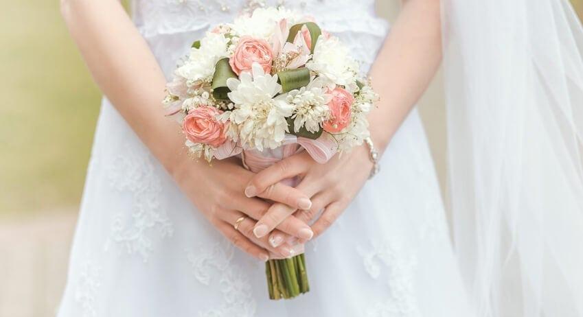 mariée-bouquet-bague-or