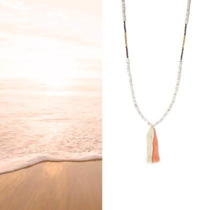 Sautoir quillages, perles et pompons, version corail, chez Poisson Plume bijoux
