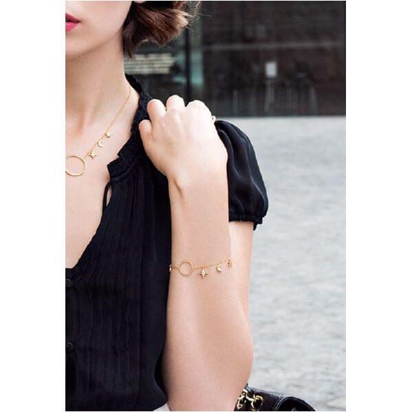Bracelet dore à l'or fin de createur, doté de pendants lune et étoiles - Chez Poisson Plume