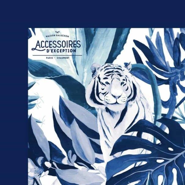 Zoom sur un bord du foulard Tigre Bleu de Maison Baluchon, chez Poisson Plume