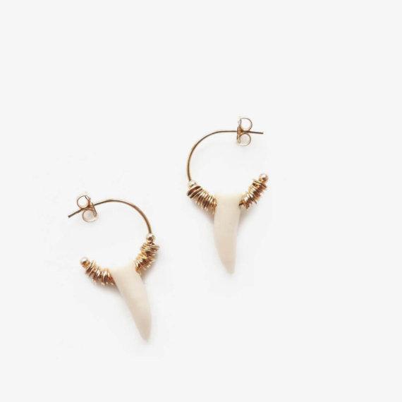 Boucles d'oreilles made in France de la créatrice Elise Tsikis. Du haut de gamme élégant et très féminin, en vente chez Poisson Plume..
