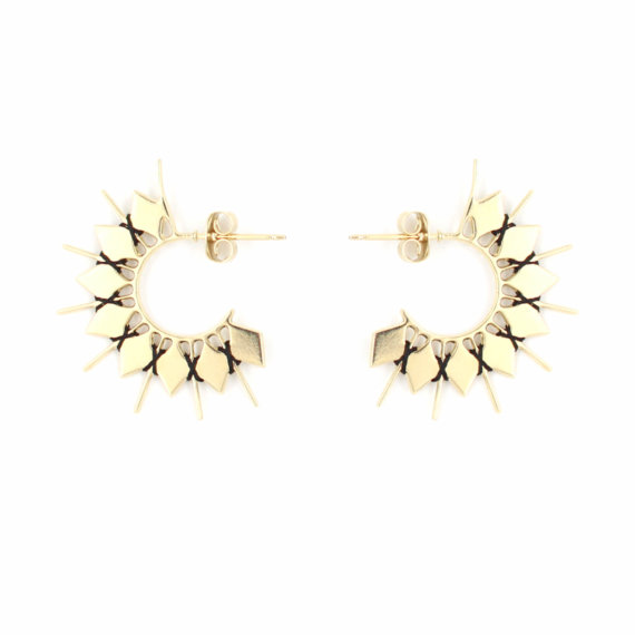 Créoles dorées et noires à retrouver chez Poisson Plume bijoux