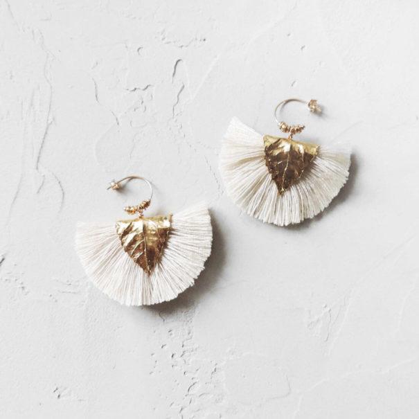 boucles d'oreilles de créatrice Agia couleur craie made in france. des bioux Elise Tsikis en vente chez Poisson Plume