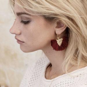 Boucles d'oreilles de haute fantaisie feuille en plaqué or et pompons chez Poisson Plume. Des bijoux Elise Tsikis.
