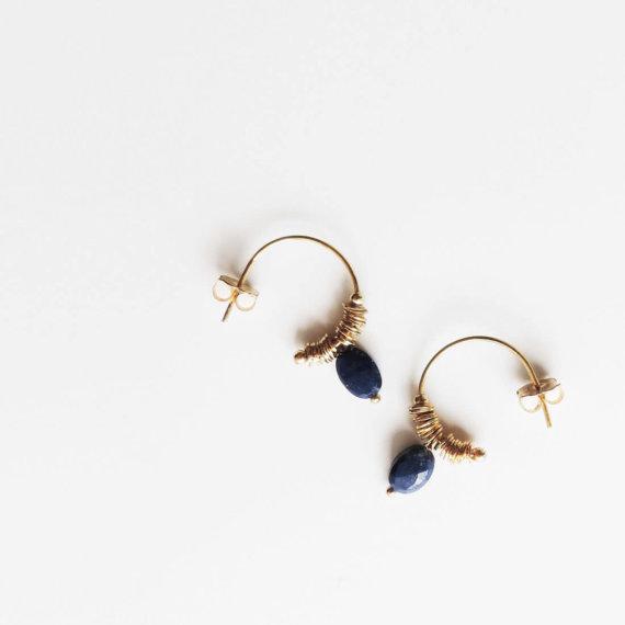 Boucles d'oreilles de créatrice en lapis-lazuli. Signées Elise Tsikis, elles sont en vente chez Poisson Plume