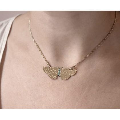 Collier fantaisie de créatrice papillon turquoise, chez Poisson Plume