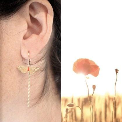 Boucles d'oreilles de créatrice en forme de petit papillon. Chez Poisson Plume bijoux.