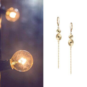 Boucles d'oreilles pendantes de créateur, noir et doré, chez Poisson Plume