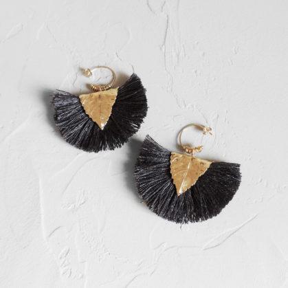 Boucles d'oreiles de la créatrice Elise Tsikis, pompons couleur anthracite