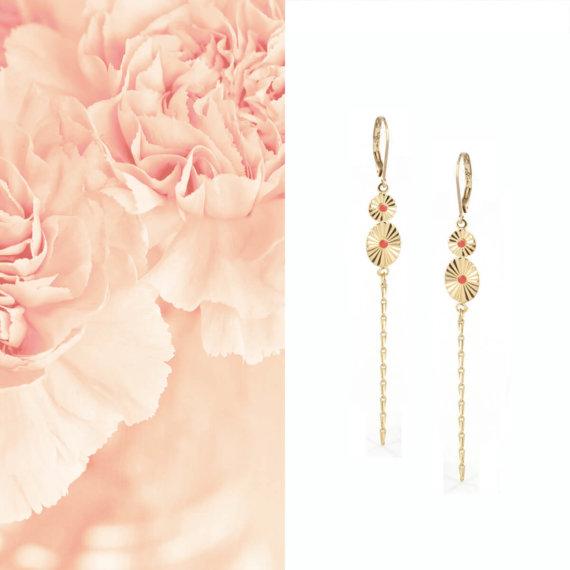 Boucles pendantes dorées et corail