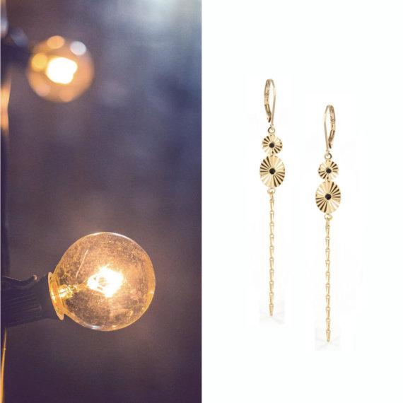 Boucles pendantes dorées et couleur noire