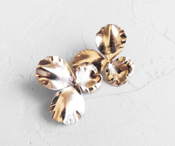 Les boucles Pensées dorées glamour, signées de la créatrice Elise Tsikis