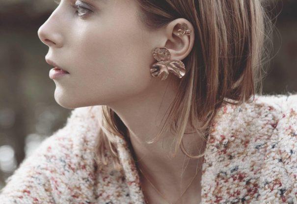 Les boucles d'oreilles Pensées en deux tailles. Chez Poisson Plume