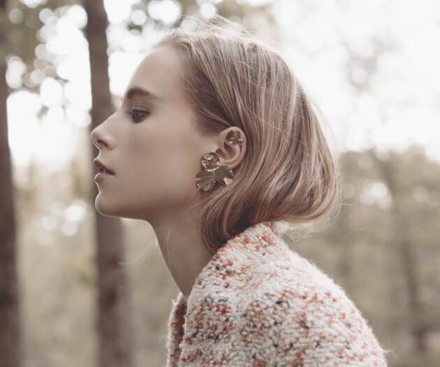 Boucles d'oreilles de haute fantaisie Pensée, forme de fleur, chez Poisson Plume. Créatrice Elise Tsikis.