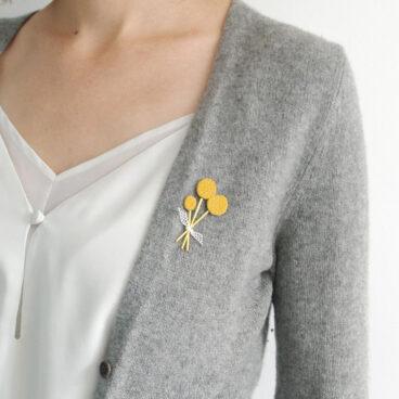 broche en cuir fleurs craspédia jaune
