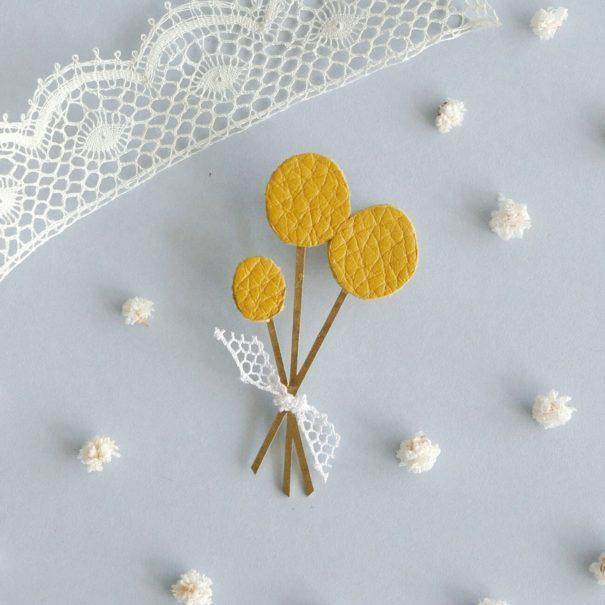 broche de créateur en cuir jaune fleurs