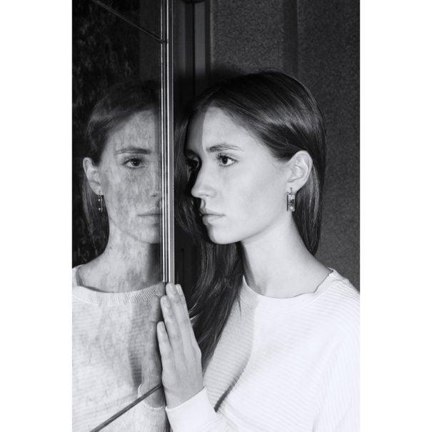 Femme portant les boucles d'oreilles de la créatrice Anne Thomas