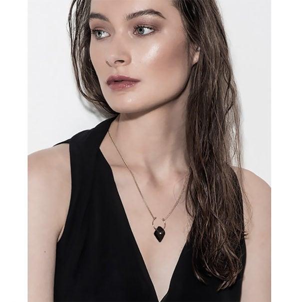 Collier en bois noir. Un bijou de créateur fait-main