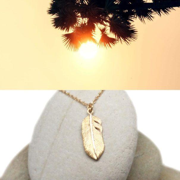Collier en plaque or, pendentif en forne de plume
