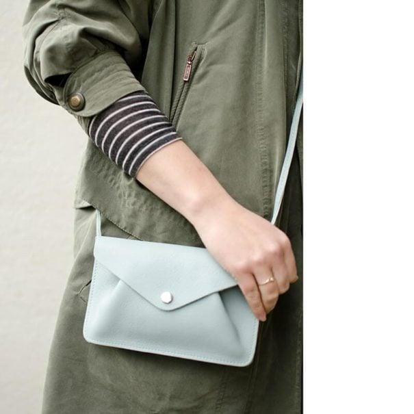 petit sac bleu porté