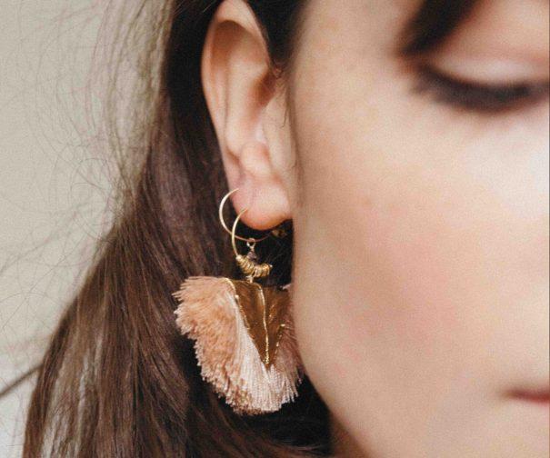 Boucles d'oreilles roses de créateur en plasué or et coton rose poudré. Chez Poisson Plume