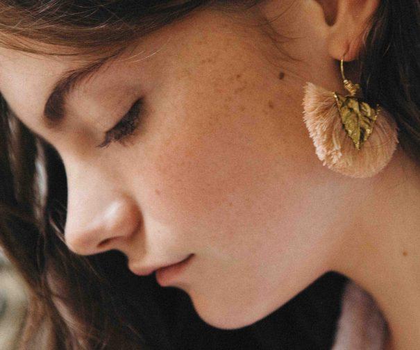Boucles d'oreilles agia rose pompons de coton et plaque or
