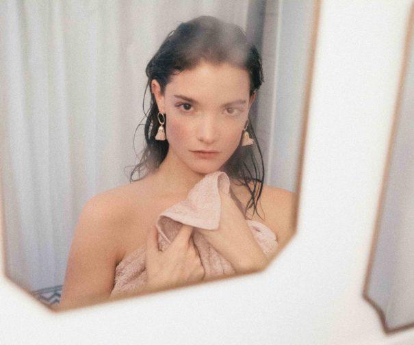 Boucles d'oreilles pen plaqué ro et fil de coton rose poudré, signées Elise Tsikis.