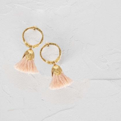 Boucles d'oreilles pompons couleur rose poudré