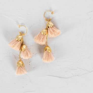 Boucles d'oirelles de la créatrice Elise Tsikis. Thessa. Rose poudré. Chez Poisson Plume bijoux.
