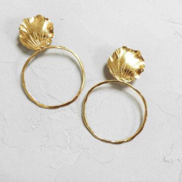 Boucles d'oreilles de créateur nommées Thèbes. Un travail fait-main par Elise Tsikis.