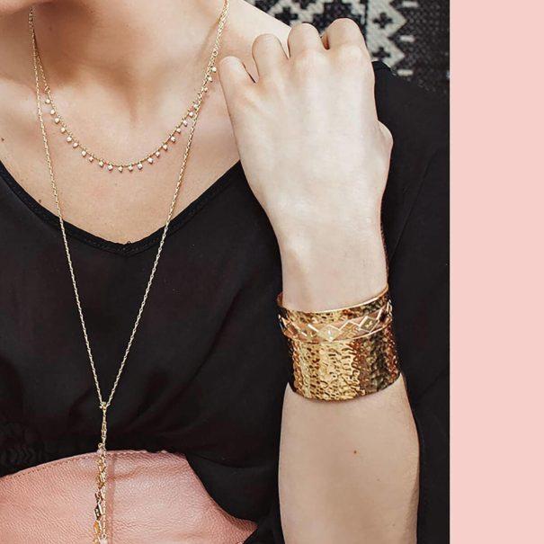 manchette de créateur dorée, détail du bracelet. Chez Poisson Plume bijoux