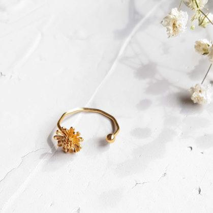 Bague fine dorée fleurs Marguerite par Elise Tsikis