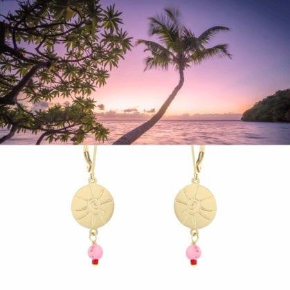 Boucles pendantes, dorées et perles rose-corail, esprit vacances, chez Poisson Plume