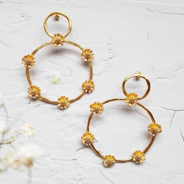 boucles d'oreilles elise tsikis grandes marguerites dorées chez POisson Plume