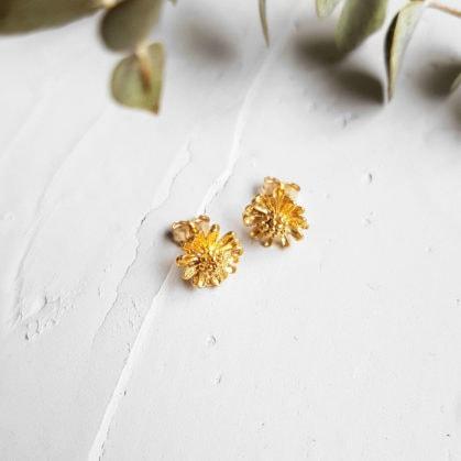 Petites boucles d'oreilles puces Marguerites par Elise Tsikis