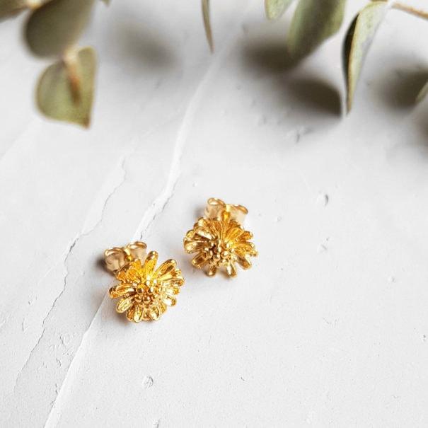 Boucles d'oreilles dorées de créateur. Une création Elise Ti_skis, chez Poisson Plume