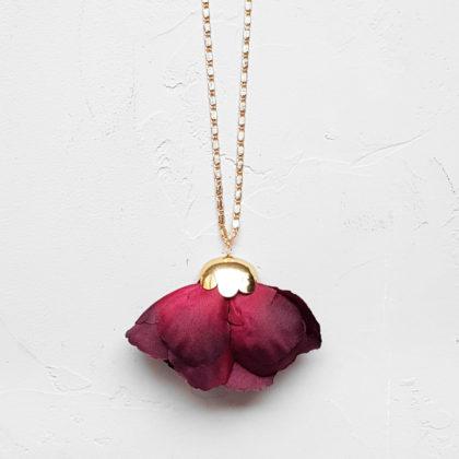 Collier long Fleur de soie ciudad, d'Elise Tiskis paris. Chez Poisson Plume.