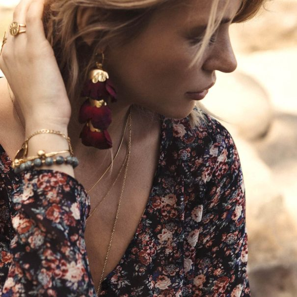 Boucles pendantes plaque or et soie, de la créatrice Elise Tsikis