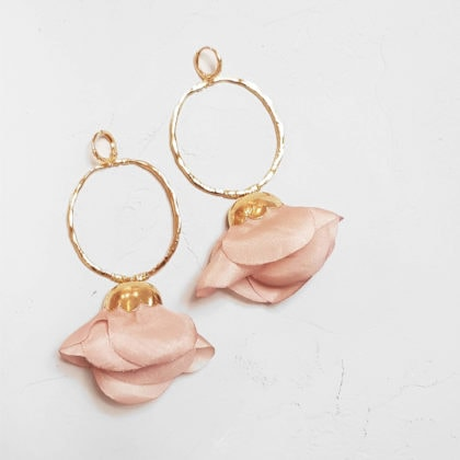 Boucles d'oreilles fleur de soie rose par la créatrice Elise Tsikis paris. Chez Poisson Plume.