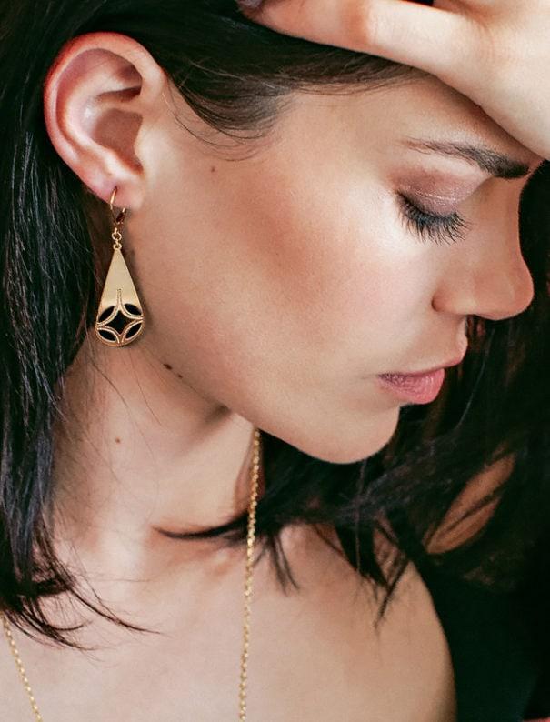 boucles d'oreilles en forme de gutte, dorées et noires. Laëti Trëma chez Poisson Plume