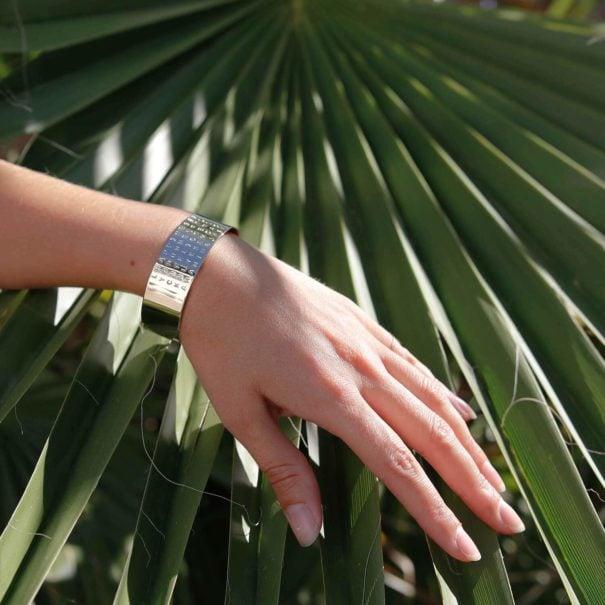 Bracelet manchette de créateur, créé en partenariat avec Poisson Plume