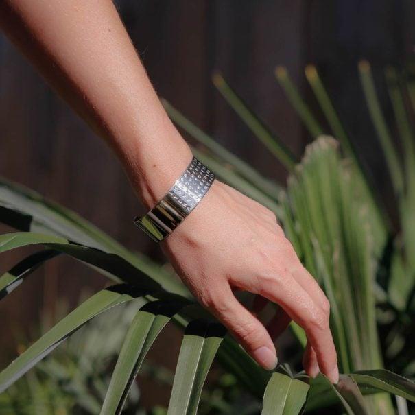 Bracelet de créateur nommé Bonheur, créé en partenariat avec Poisson Plume