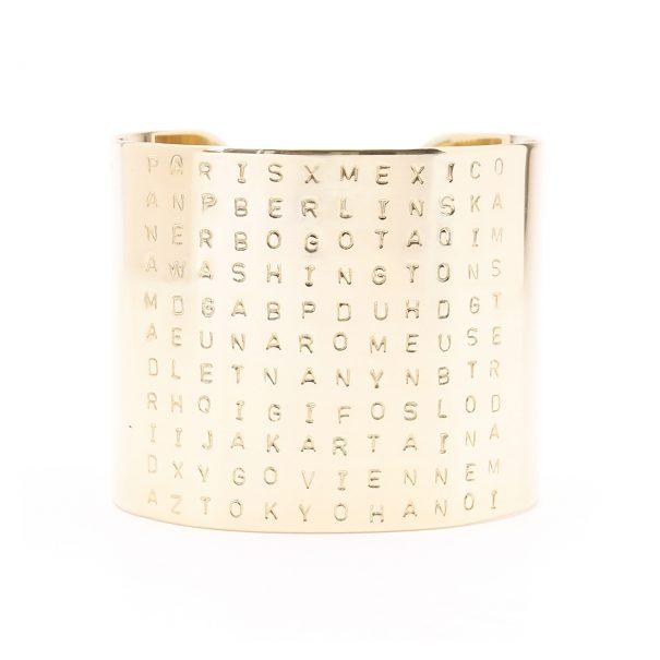 Manchette gravée des villes autour du monde. Un bijou de créateur made in France. En vente chez Poisson Plume bijoux