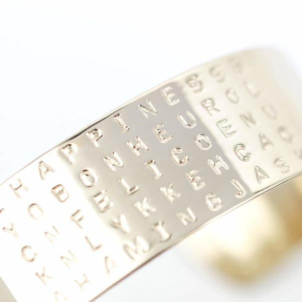 Détail du bracelet Bonheur, doré à l'or fin. Une création française, chez Poisson Plume