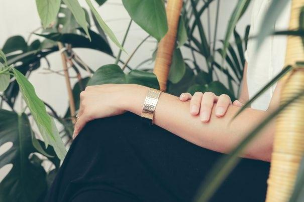 bracelet gravé amour chez poisson plume, bijouterie de créateurs