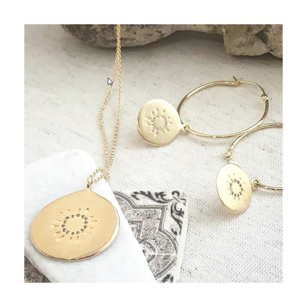 Collier Médaille soleil, ainsi que des créoles, en plaqué or