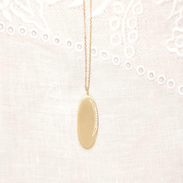 Collier médaille ovale Lune, nommée Moon, de la créatrice Louise Hendrick