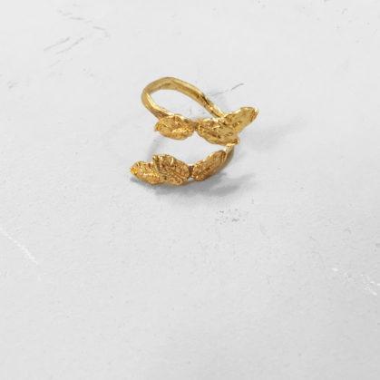 Bague dorée feuilles LYGIA, de la créatrice parisienne Elise Tsikis