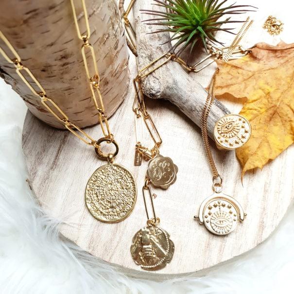 Colliers de créateurs médailles. Des bijoux dorés à l'or fin.